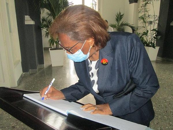 3 embajadora angola en cuba ok homenaje fidel nov2020ñ